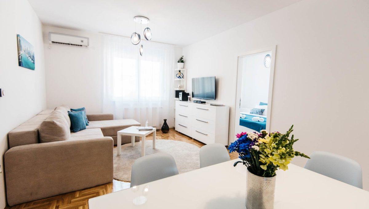 Apartman Bianca cela dnevna soba i trpezarijski sto sa cvecem