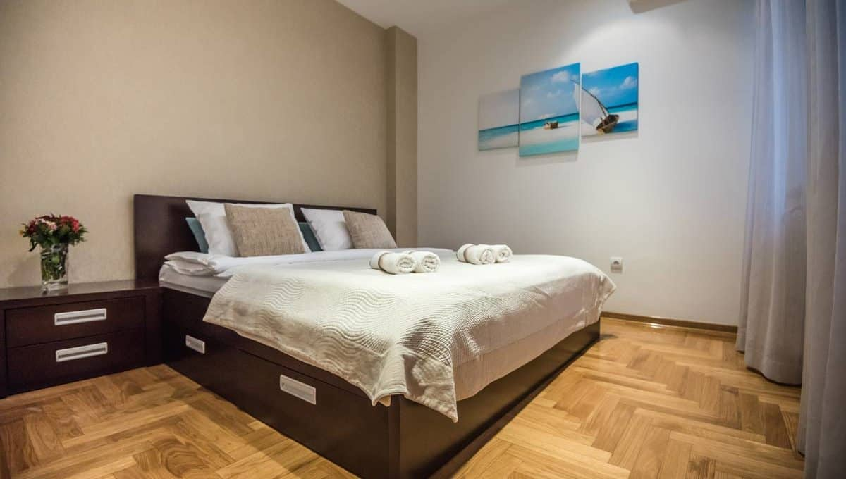 Apartment Boulevard brown double bed