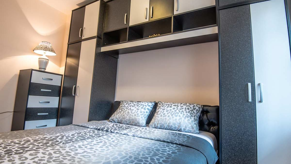 Apartment Negro double bed with black and white furniture