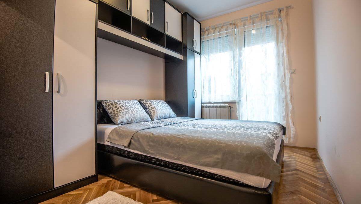 Apartman Negro bracni krevet i crno beli ormar