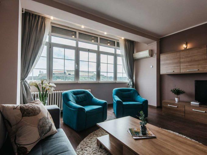 Apartman River Side dnevna soba sa plavim foteljama