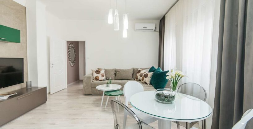 Apartman Silver trpezarijski sto i dnevna soba