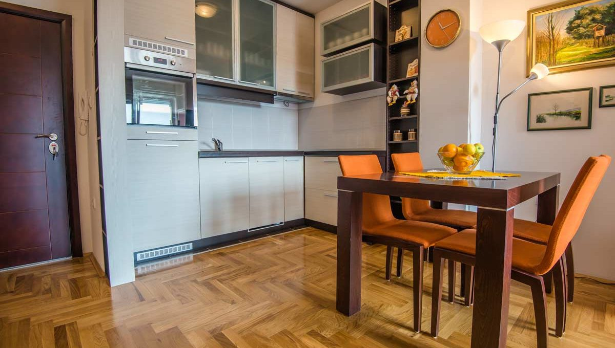 Apartment Simpatico dining table and kitchen