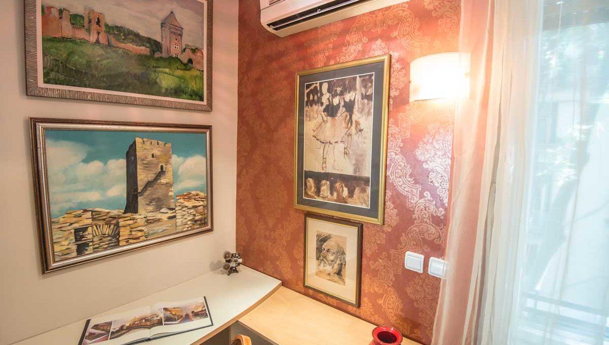 Apartman Sonya zid sa slikama u dnevnoj sobi