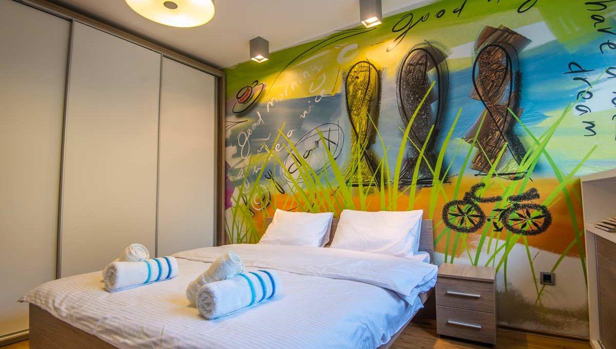Apartman Strand oslikani zid i bracni krevet