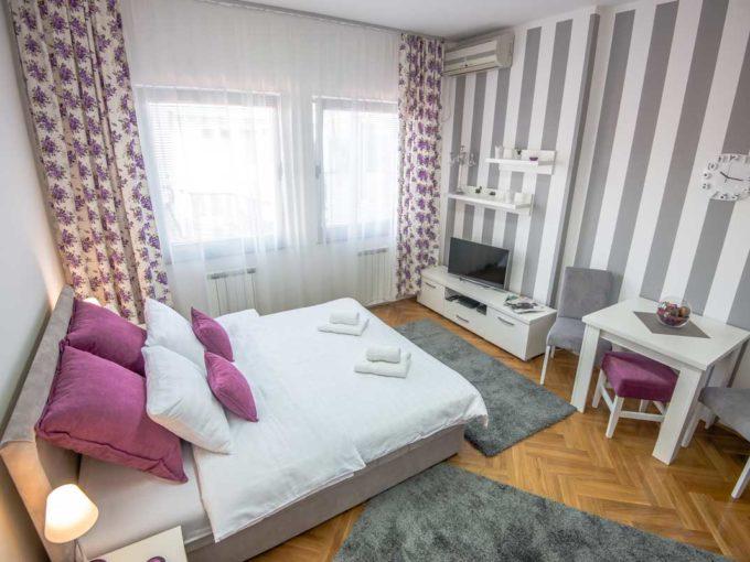 Studio Marmelo soba sa bracnim krevetom i prugastim tapetama