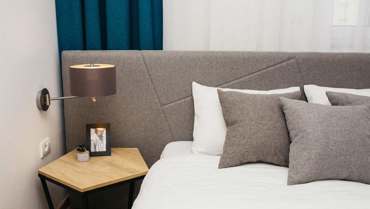Apartman A17 jastuci i stocic pored kreveta