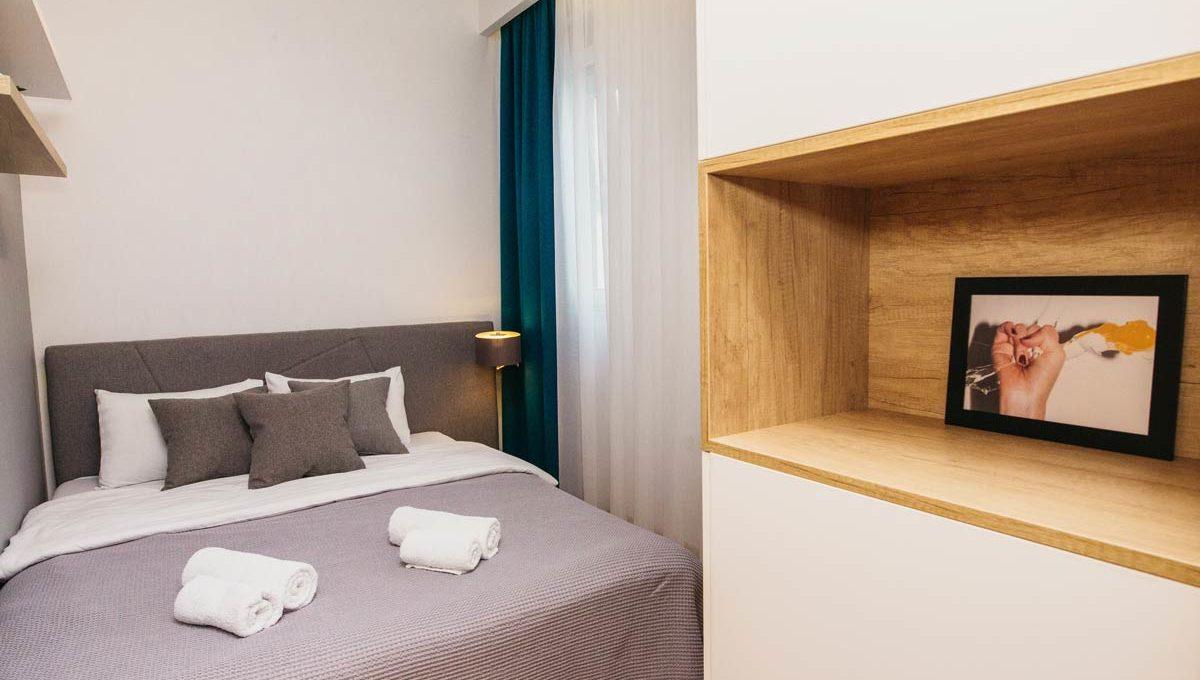 Apartman A17 spavaca soba sa bracnim krevetom i sivom posteljinom