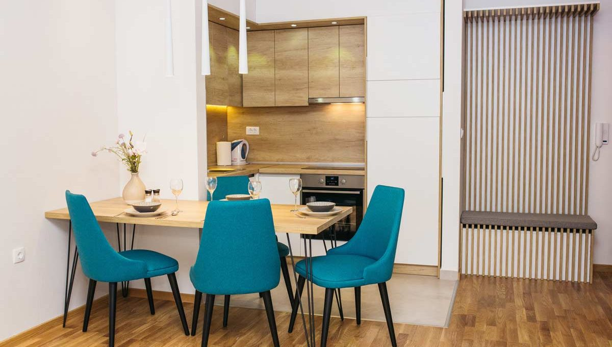 Apartman A17 trpezarija sa plavim stolicama i kuhinja